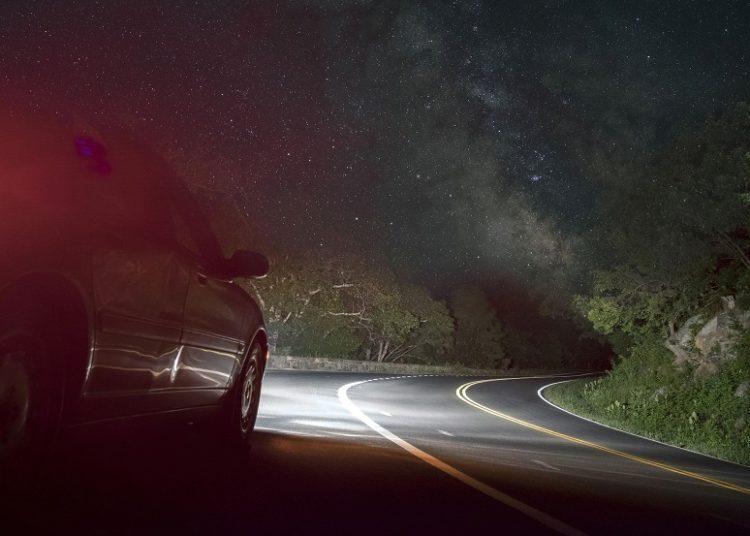 Авто едет ночью