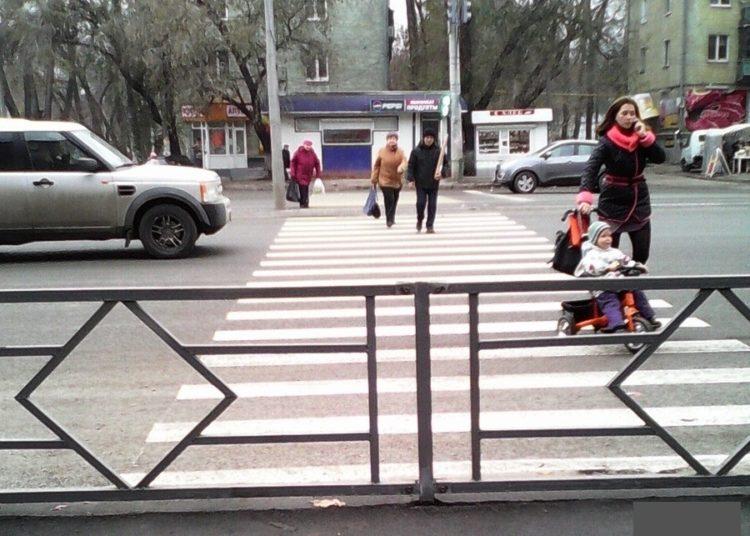 Забор перед пешеходным переходом