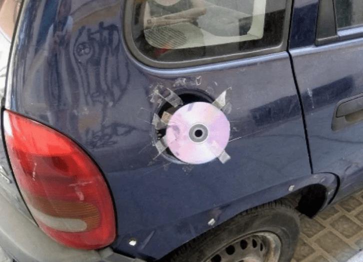СД-диск на лючке бензобака