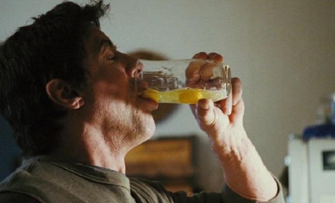 Мужчина пьет сырое яйцо