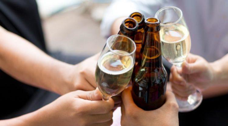 Бокалы и бутылки с пивом