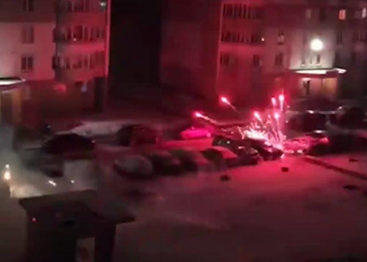 Фейерверки во дворе повреждают авто