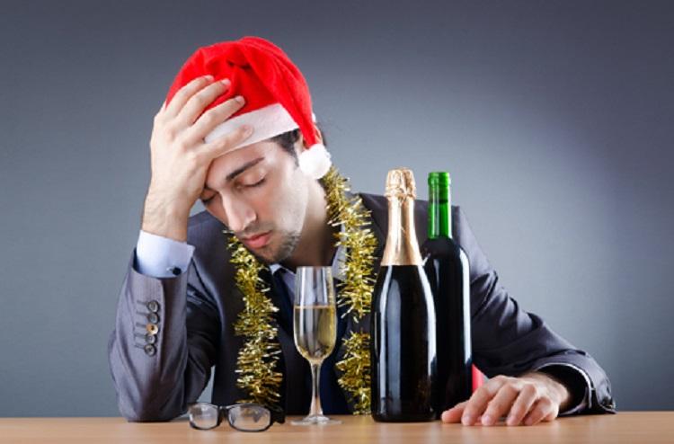 Мужчина в шапочке Санты и алкоголь