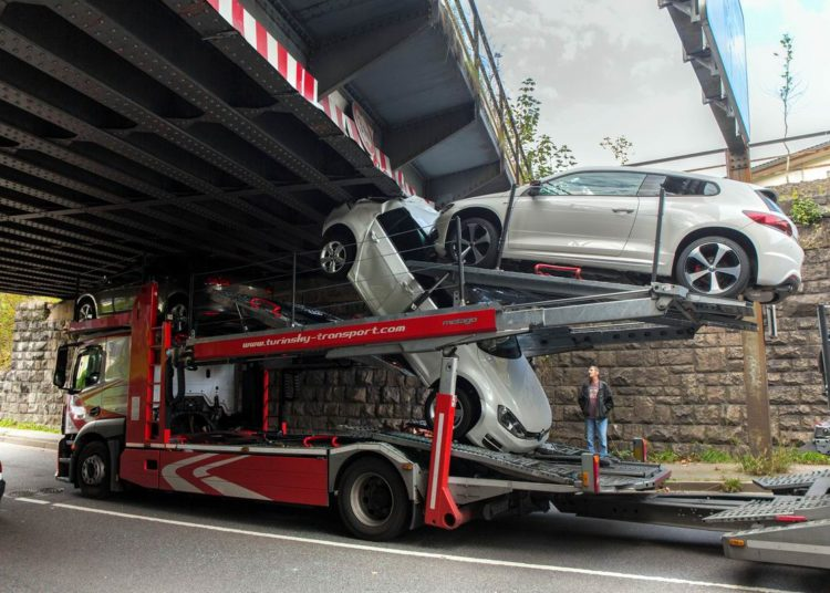 Транспортер не поместился под мостом
