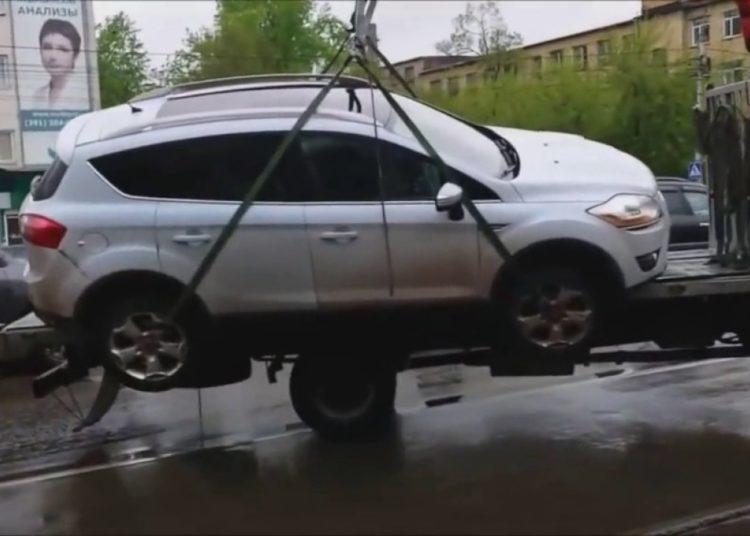 Машина болтается на эвакуаторе