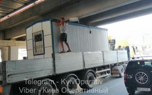 Груженый транспорт застрял под мостом