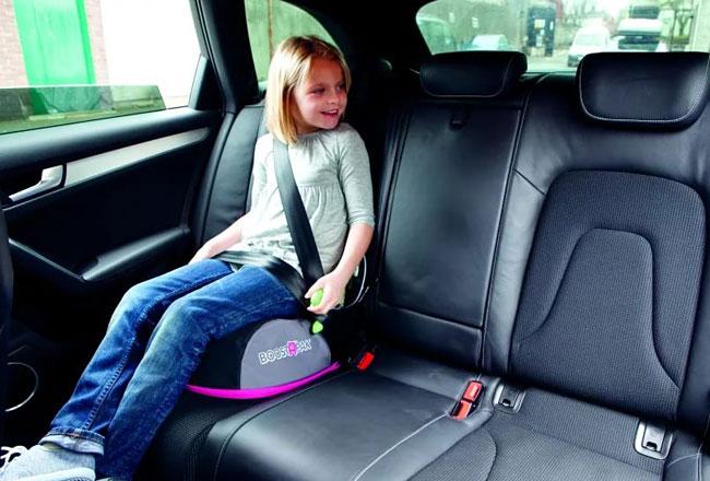Девочка пристегнута ремнем безопасности