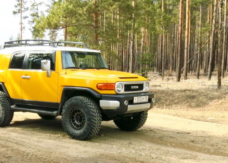 Желтая Тойота FJ Cruiser