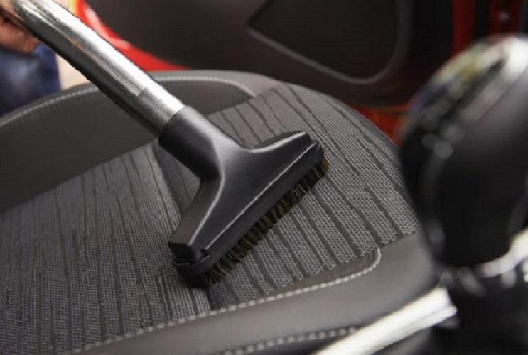 Щетка пылесоса на сидении авто