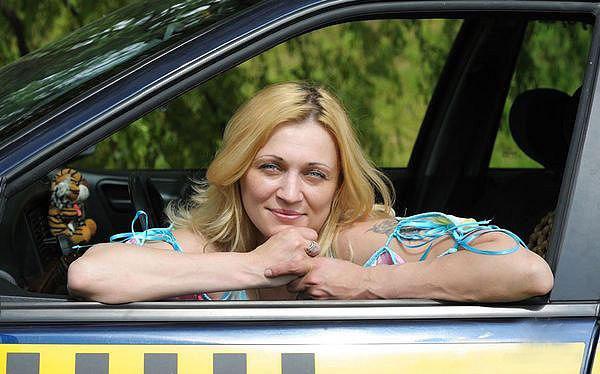 Женщина таксист