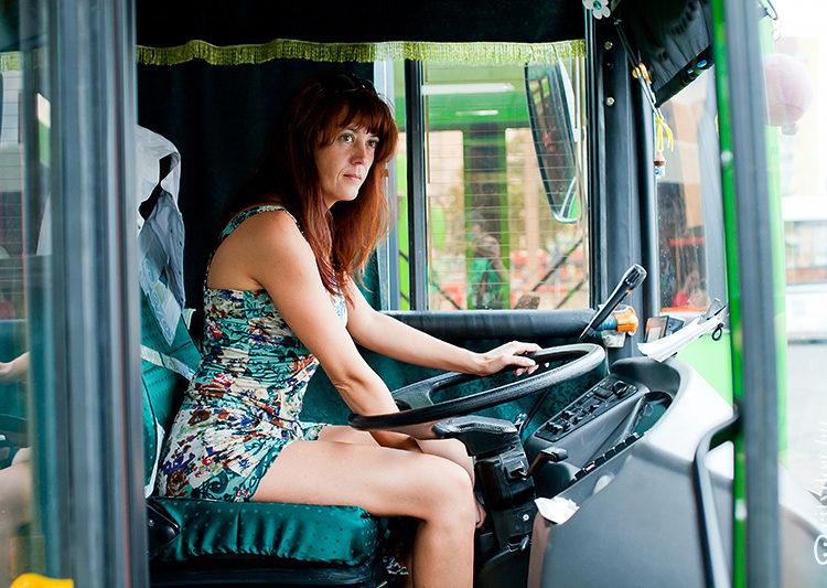 Девушка водитель автобуса