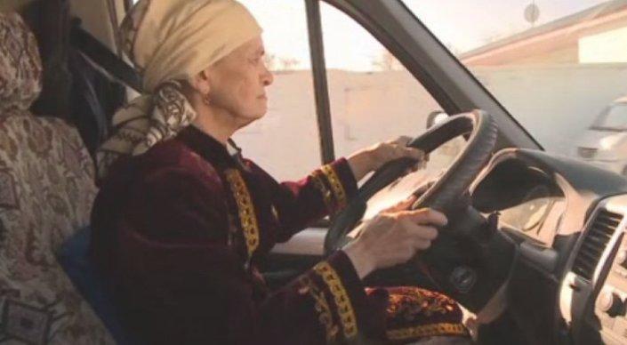 Пожилая женщина за рулем ГАЗели