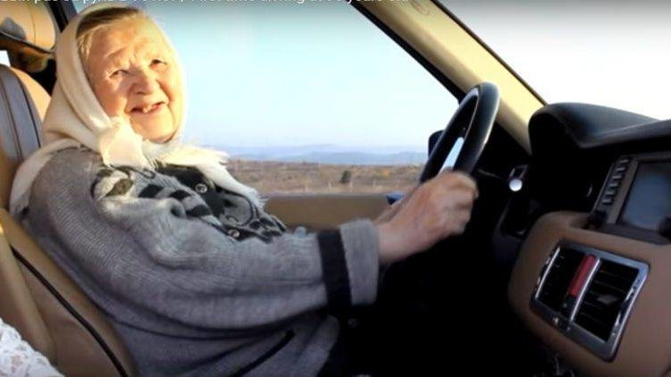 Бабушка 90 лет за рулем