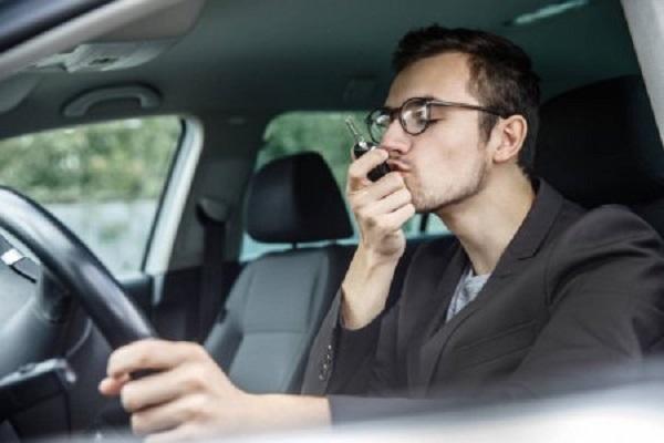 Водитель целует ключи от машины