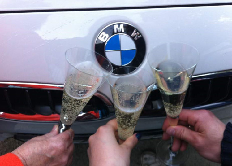 Капот БМВ и бокалы с шампанским