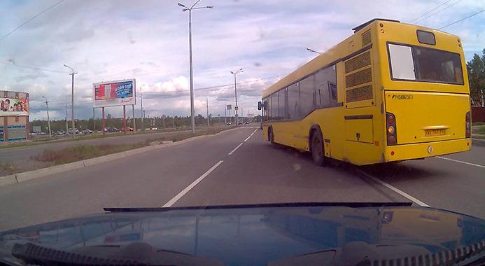 Автобус перестраивается