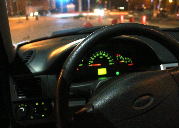 Приборная панель и руль ночью