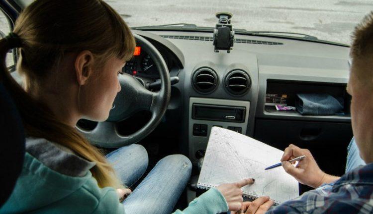 Молодые люди пишут в машине