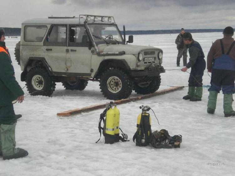 Внедорожник и рыбаки на льду