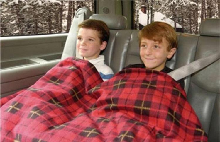 Дети на заднем сидении авто в одеяле