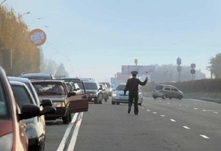 Сотрудник ДПС тормозит авто на сплошной