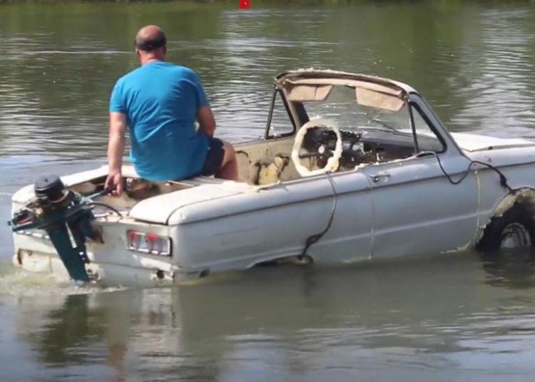 Запорожец с мотором от катера в реке