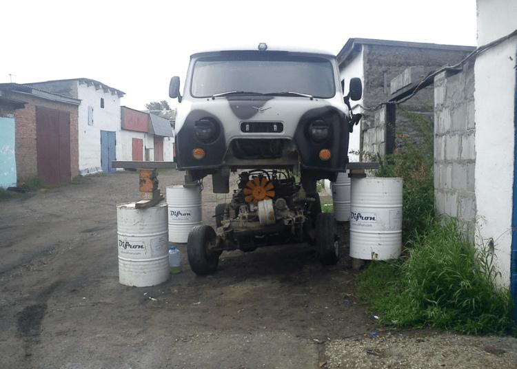 Поднятый кузов для смены двигателя