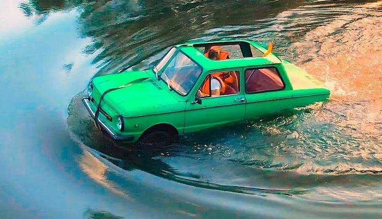 Запорожец-амфибия плывет в воде