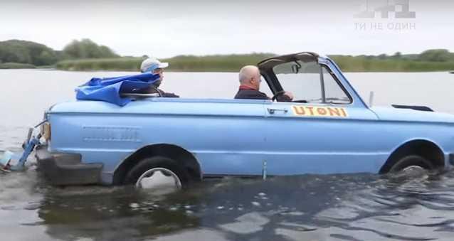 Запорожец в Виннице плывет по реке