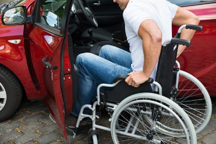 Инвалидная коляска возле автомобиля