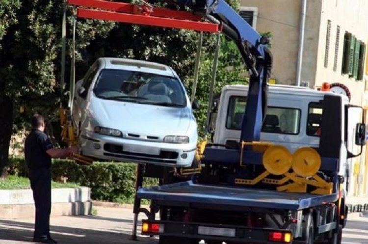 Авто без номеров грузит эвакуатор