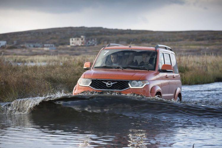 УАЗ Патриот едет по воде