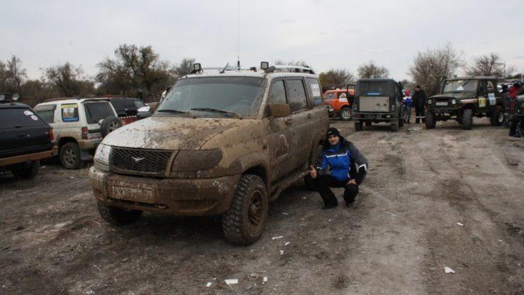 Водитель у грязного УАЗа Патриот
