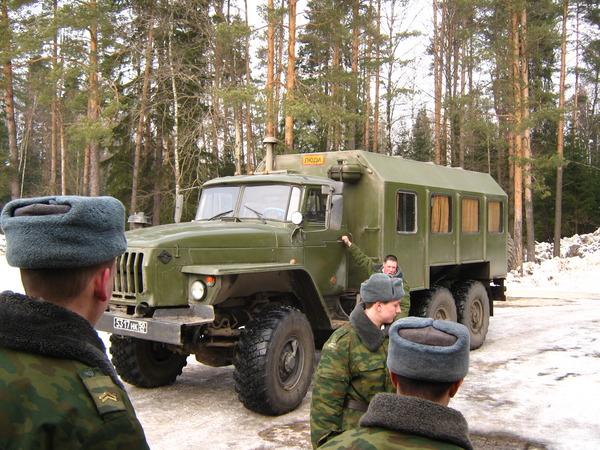 Военные возле автомобиля