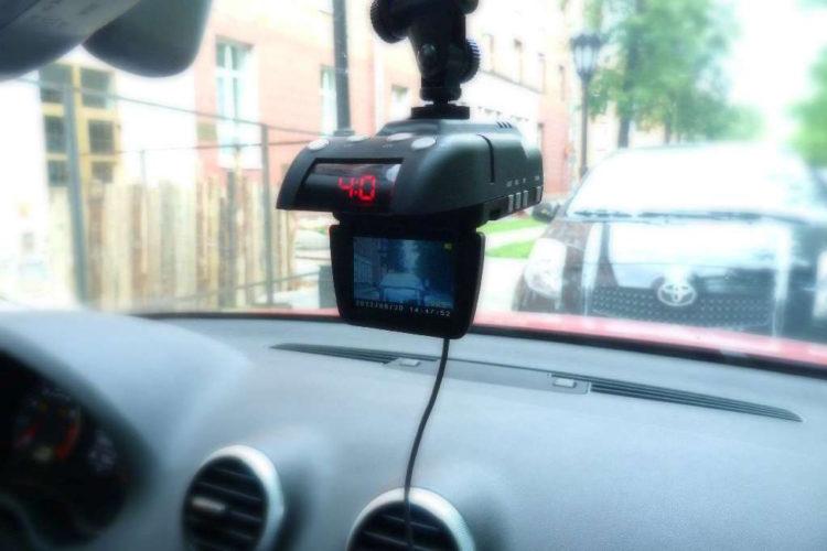 Видеорегистратор на лобовом стекле авто