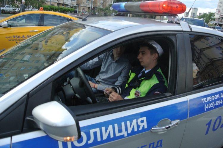 Гаишник и водитель в машине ГАИ