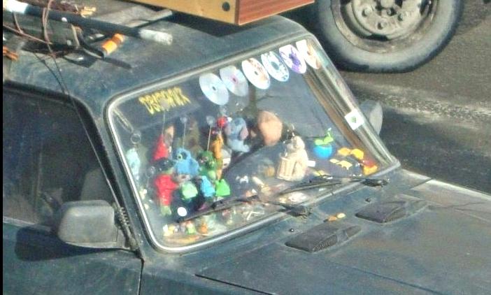 CD-диски и игрушки загородили обзор в авто