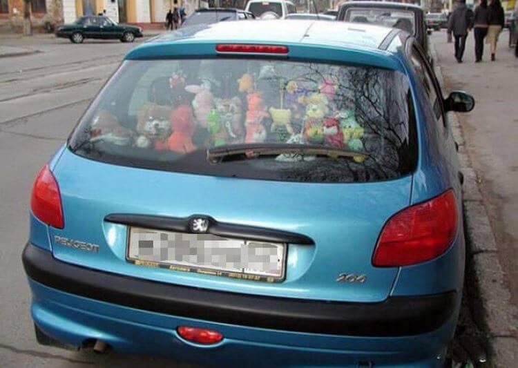 Заднее стекло автомобиля завалено игрушками