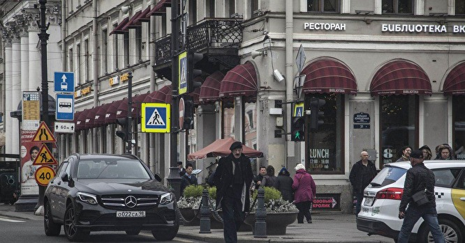 Мерседес Боярского припаркован на дороге