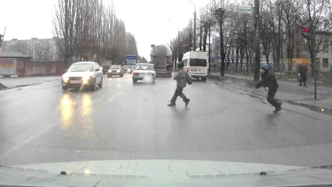 Мальчики бегут через дорогу