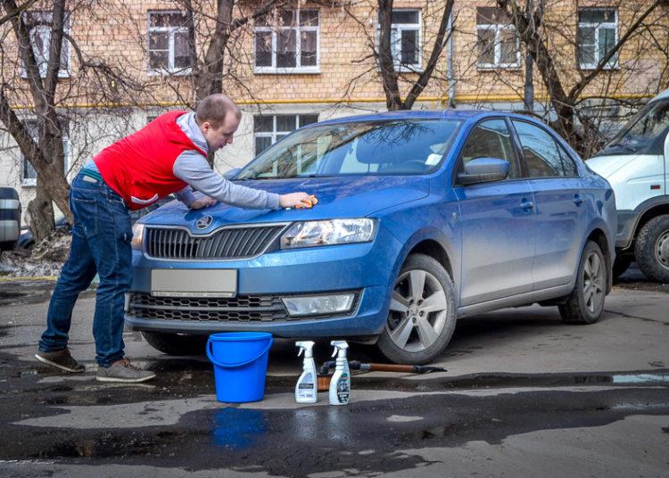 Мытье машины во дворе