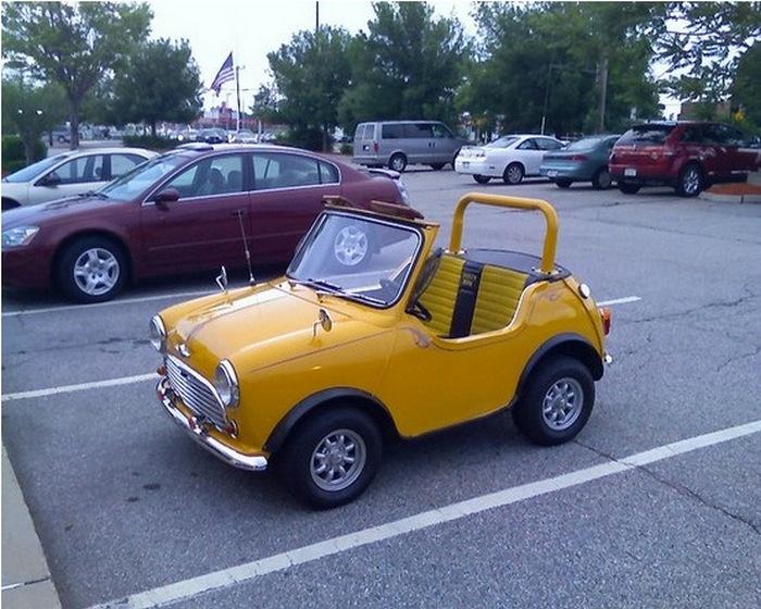 Желтый Mini Min на стоянке