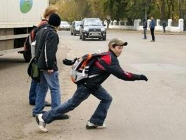 Подростки перебегают дорогу