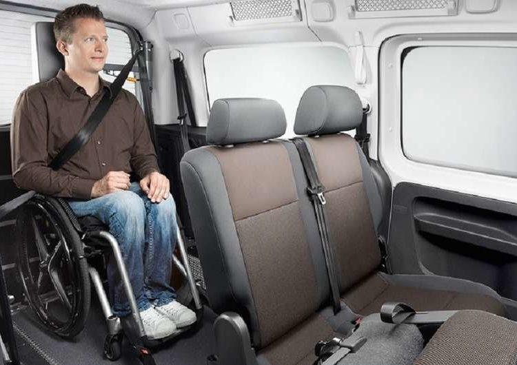 Caddy Volkswagen и человек на коляске