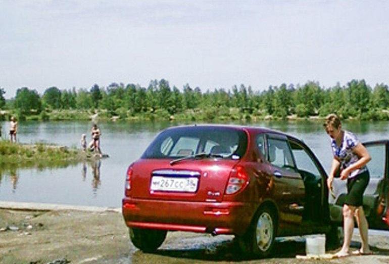 Машина на берегу на пляже