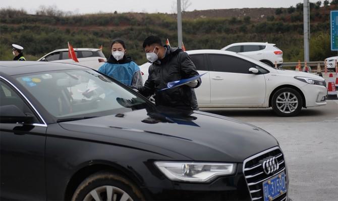 Проверка автомобиля людьми в масках