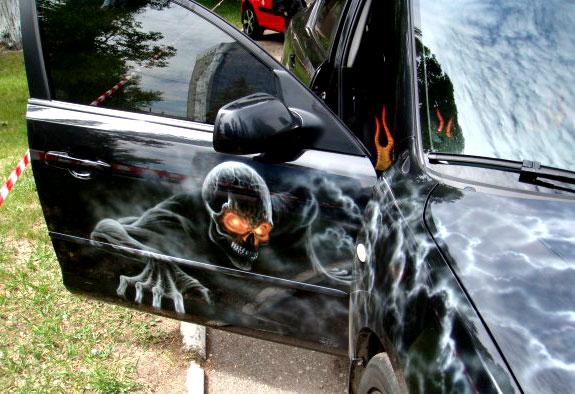 Скелет из фильма ужасов на автомобиле