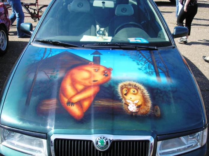 Изображение на машине ежик и мишка