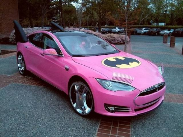 Розовая машина с плавниками