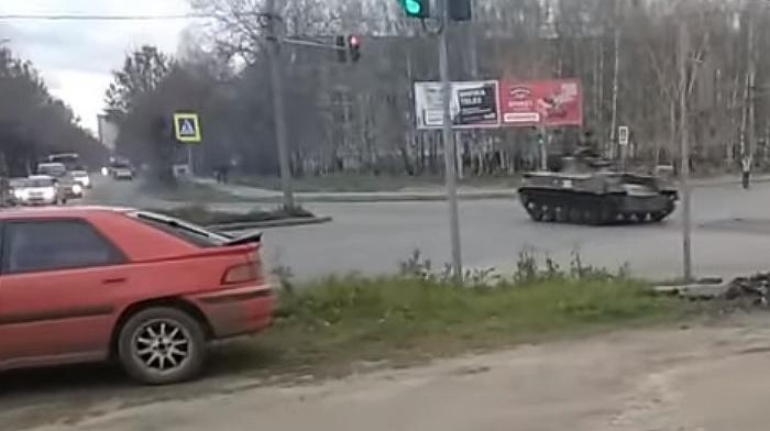 Танк на перекрестке города